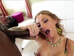 Juelz Ventura sucks an ebony cock